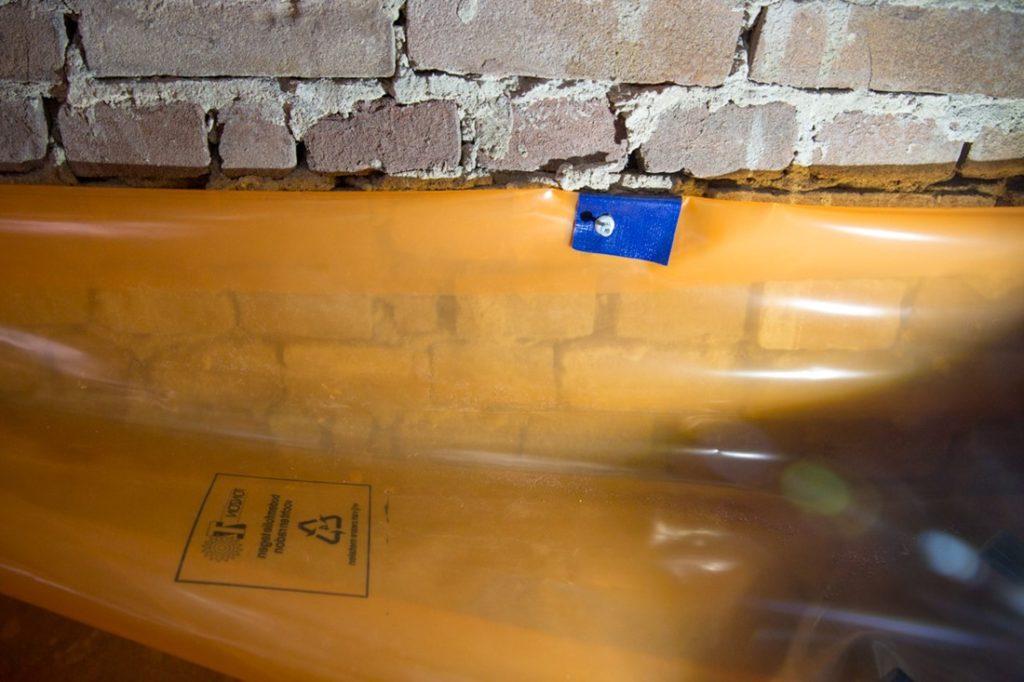 carrousel-vloerisolatie-05-bodemfolie-tegen-muur-bevestigen